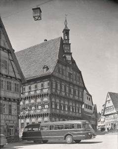 DB-Bus vor dem Rathaus 1959