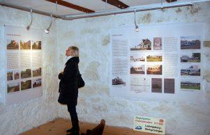 Ausstellung Besucherin