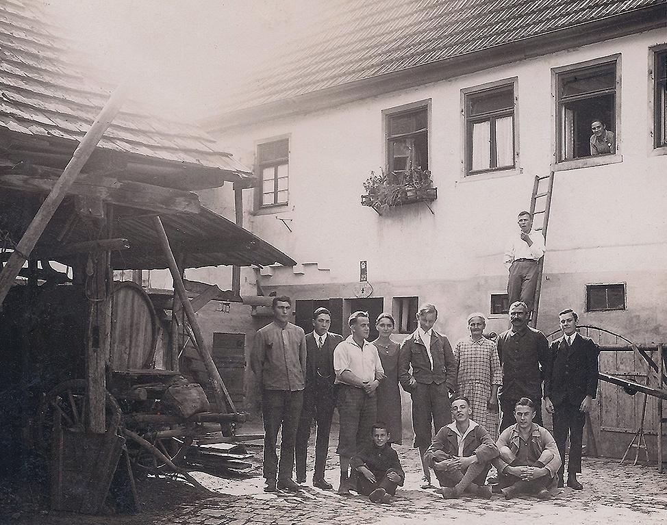 Bauernfamilie mit Gaesten