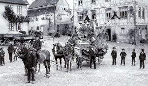 Festwagen der Bauern vor Gasthof Badgarten
