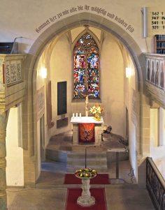 Chor mit Taufstein und Altar