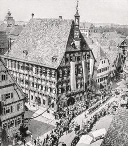 Festzug vor Rathaus
