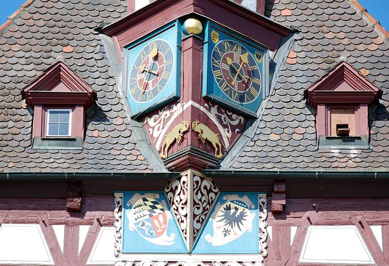 Uhr und Wappen